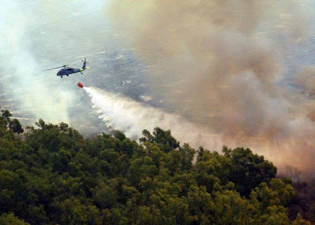 Helikopter MH-60S odlaže vodu na šumski požar. Fotografija: Wikipedia