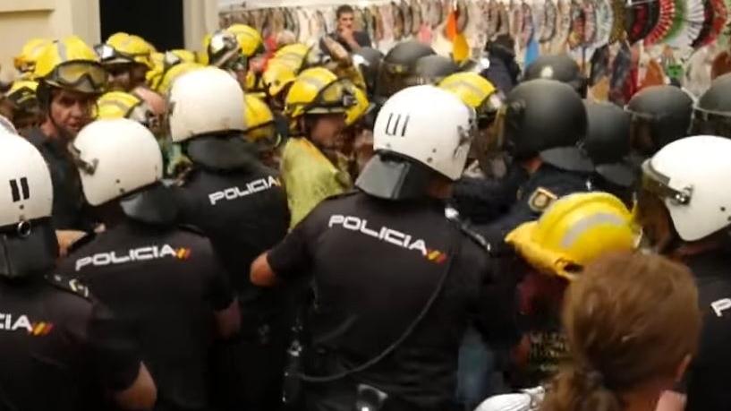 (VIDEO) Na prosvjedu u Španjolskoj sukobili se policija i vatrogasci